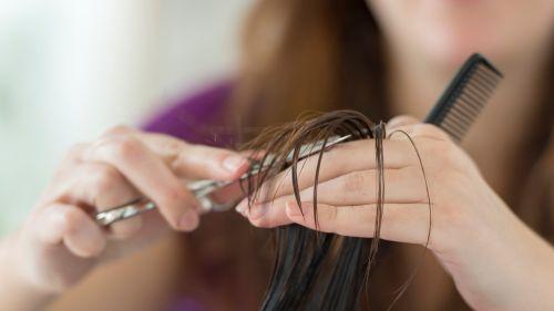 evde kadın saç kesimi
