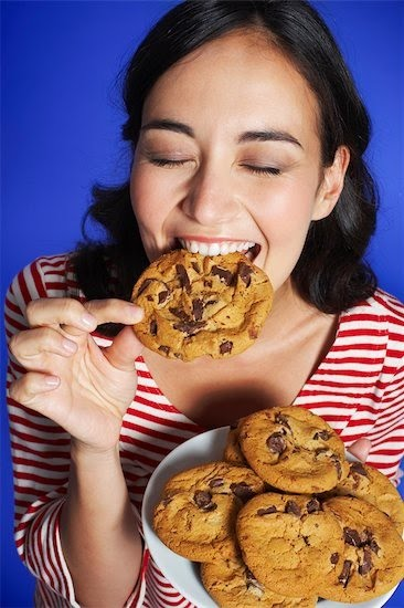 kurabiye yiyen kadın