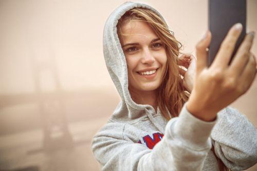selfie çeken kadın