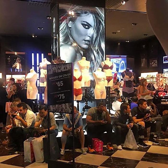 erkekler alışveriş merkezinde